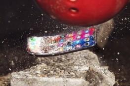 iPhone X'in üzerine, bowling topu düşerse ne olur?