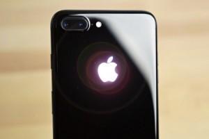 iPhone X ve 8 Plus'ın arkasındaki Apple logolarını ışıklı yapın