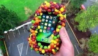 500 tane bonibon ile kaplayıp, iPhone 7'yi 100 FT'ten attılar