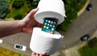 iPhone X'i tuvalet kağıdına sarıp aşağıya attılar