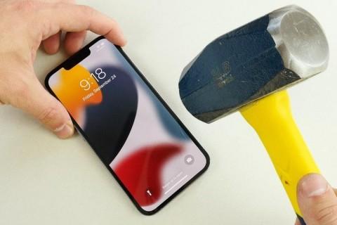 iPhone 13 Pro Çekiç ve Bıçak Testi