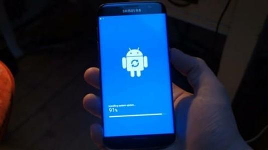 Galaxy S7 ile S7 edge, yeni yazılım güncellemesini aldı