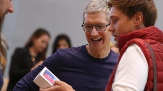 Tim Cook'a göre, kahve içen herkes iPhone X alabilir