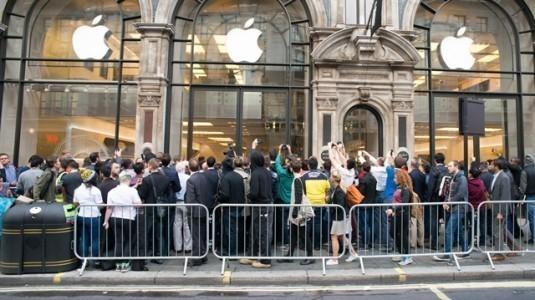 Apple Store'da iPhone X bulamayınca, polisi aradılar