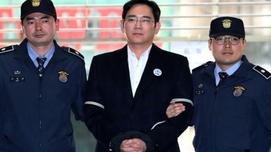 Samsung'un veliahtı için 12 yıl hapis istemi